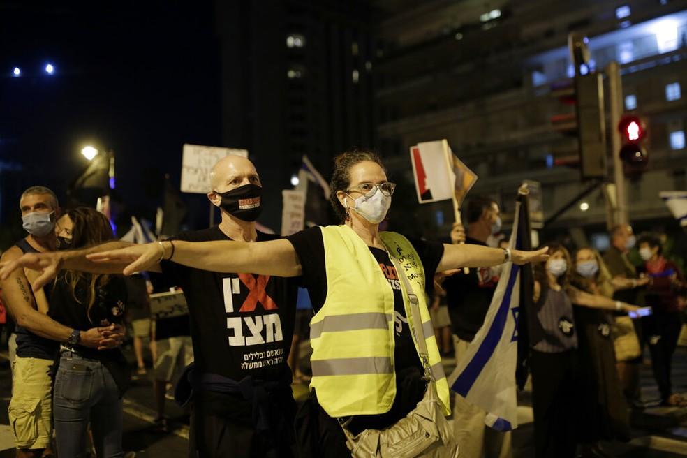 Manifestantes protestam contra Benjamin Netanyahu neste sábado (26) em Jerusalém, Israel — Foto: Maya Alleruzzo/AP Photo