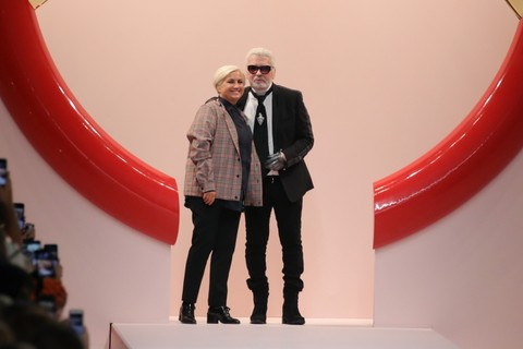 Karl Lagerfeld no final do desfile da Fendi