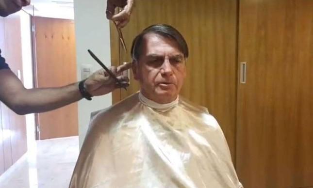 Bolsonaro cortando o cabelo