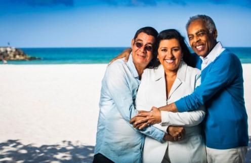 Zeca, Regina Casé e Gilberto Gil em foto para os 10 anos da Revista O GLOBO, em 2014