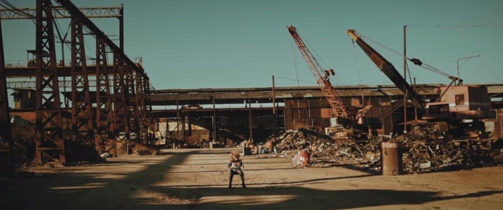 Elza Soares no clipe de 'Comportamento geral' — Foto: Reprodução / YouTube (clipe dirigido por Marcos Hermes e Henrique Alqualo)