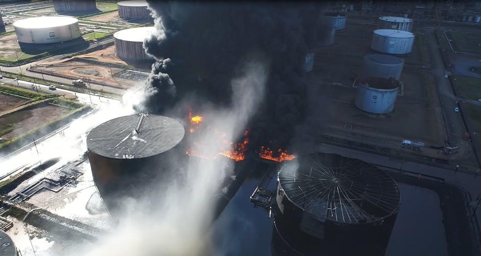 Fumaça preta foi provocada pela queima de combustível — Foto: Luiz Fernando e Luiz Felipe/Aerodrone