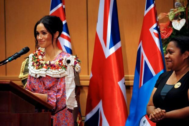 Meghan Markle faz seu primeiro discurso como duquesa em Fiji (Foto: Getty Images)