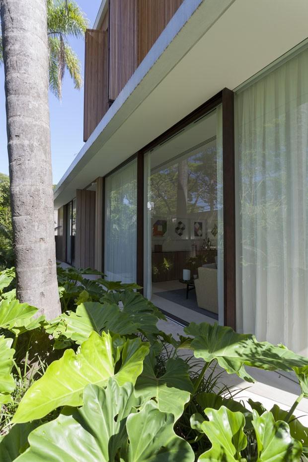 Refúgio urbano: área social integrada ao verde é a alma desta casa paulistana (Foto: Divulgação)
