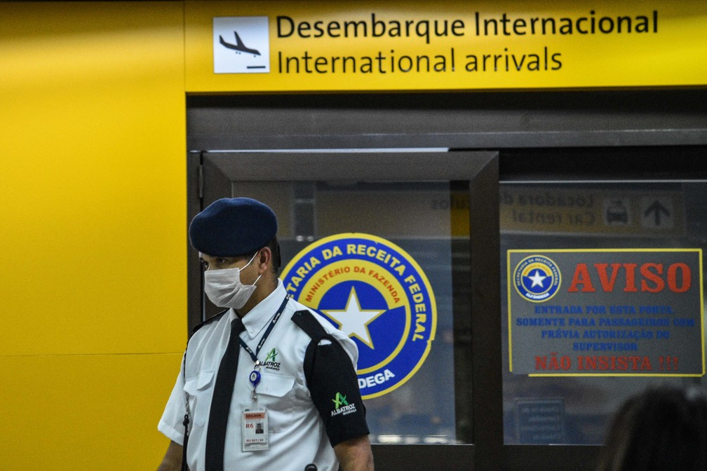 Vista do Aeroporto Internacional de Cumbica em Guarulhos (SP), nesta sexta-feira (28). Alguns passageiros e funcionários usam máscaras após a confirmação de um caso de coronavírus no Brasil. — Foto: RONALDO BARRETO/FUTURA PRESS/FUTURA PRESS/ESTADÃO CONTEÚDO