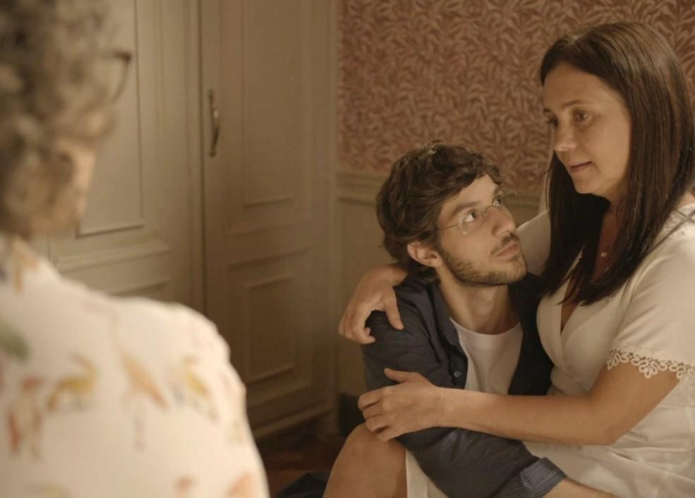 Danilo conversa com Jane (Isabel Teixeira) e Thelma (Adriana Esteves) — Foto: Globo