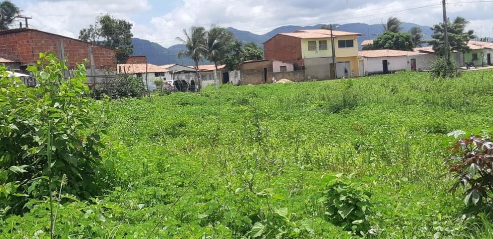 Crime registrado no Bairro Alto da Mangueira, no município de Maracanaú.  — Foto: Leábem Monteiro/Sistema Verdes Mares