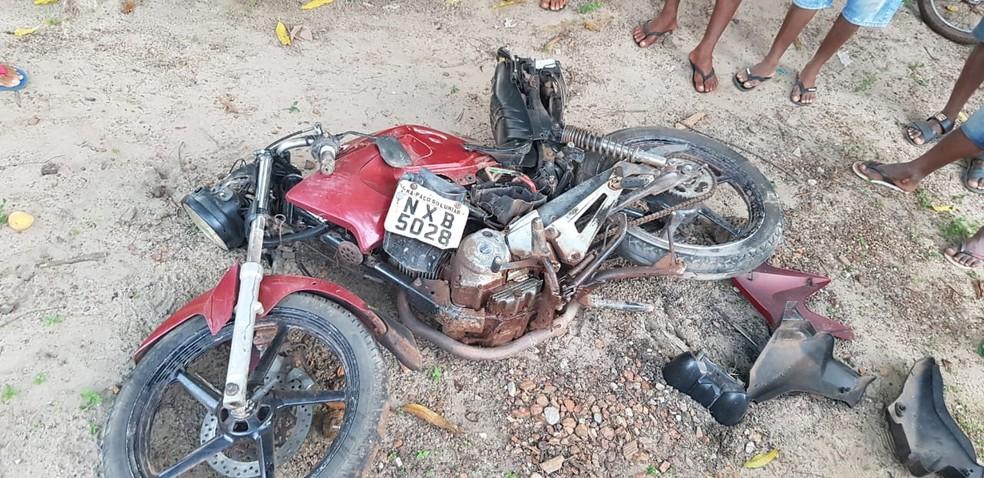 Motorista também atingiu motocicleta que transitava pelo local. — Foto: Divulgação/PRF