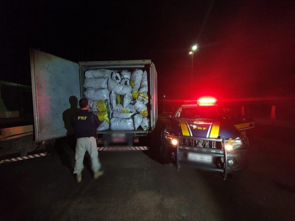 Sacos de carvão foram retidos para inspeção ambiental — Foto: PRF/Divulgação