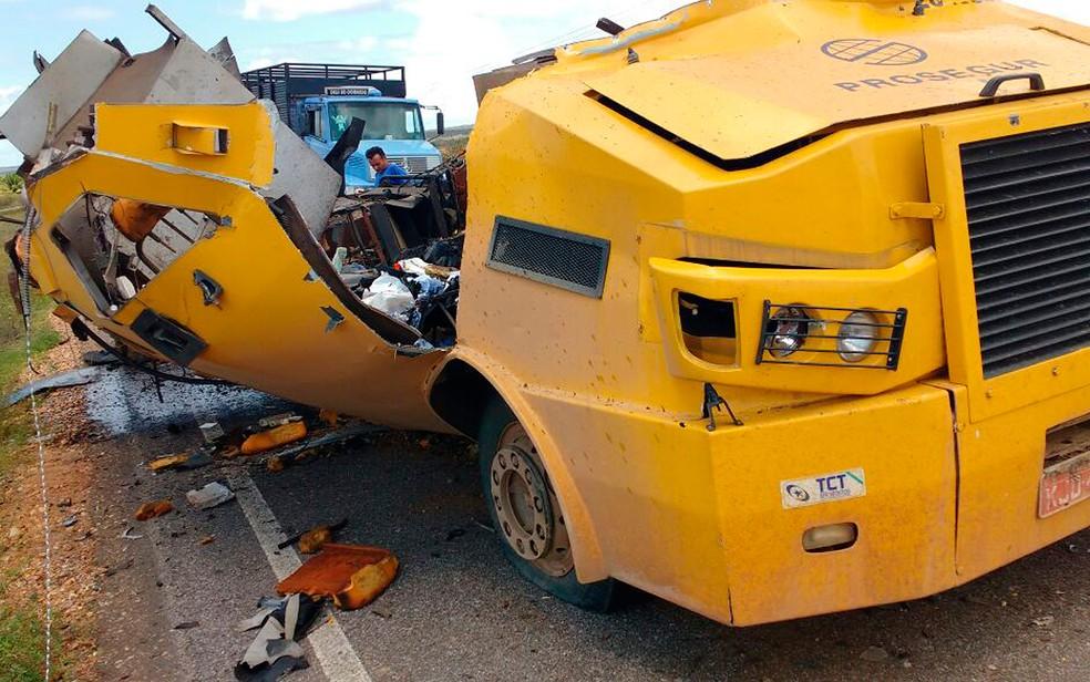 Homens explodiram carro-forte na BA-210, trecho da cidade de Glória, norte da Bahia (Foto: Polícia Militar/ Divulgação)