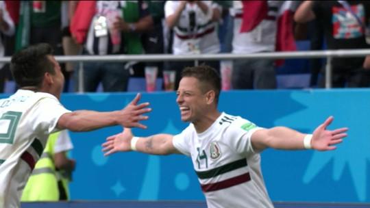 Chicharito deixa zagueiro perdido e faz o segundo do México; assista