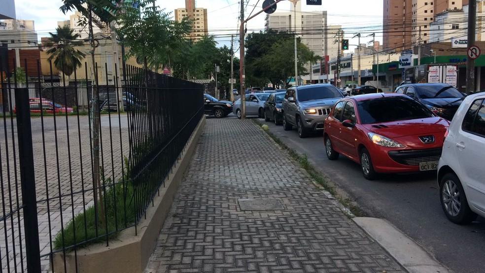 Longas filas se formaram nos postos em busca de gasolina em Fortaleza neste sábado. (Foto: João Pedro Ribeiro/TVM)