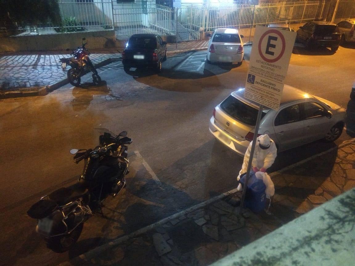 Funcionária de ambulância é flagrada descartando EPIs em lixo na rua após atender paciente com Covid-19, diz prefeitura; vídeo