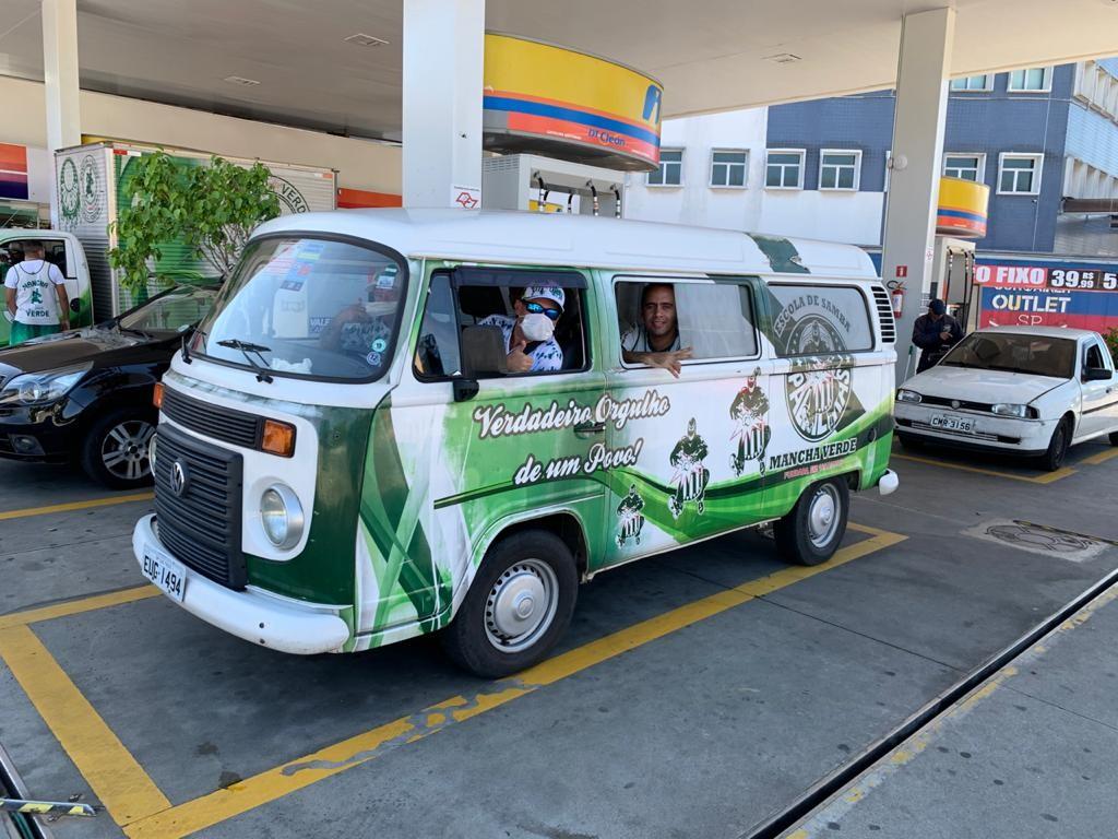 Drive-thru e escolas de samba arrecadam doações para famílias afetadas por crise do coronavírus em São Paulo
