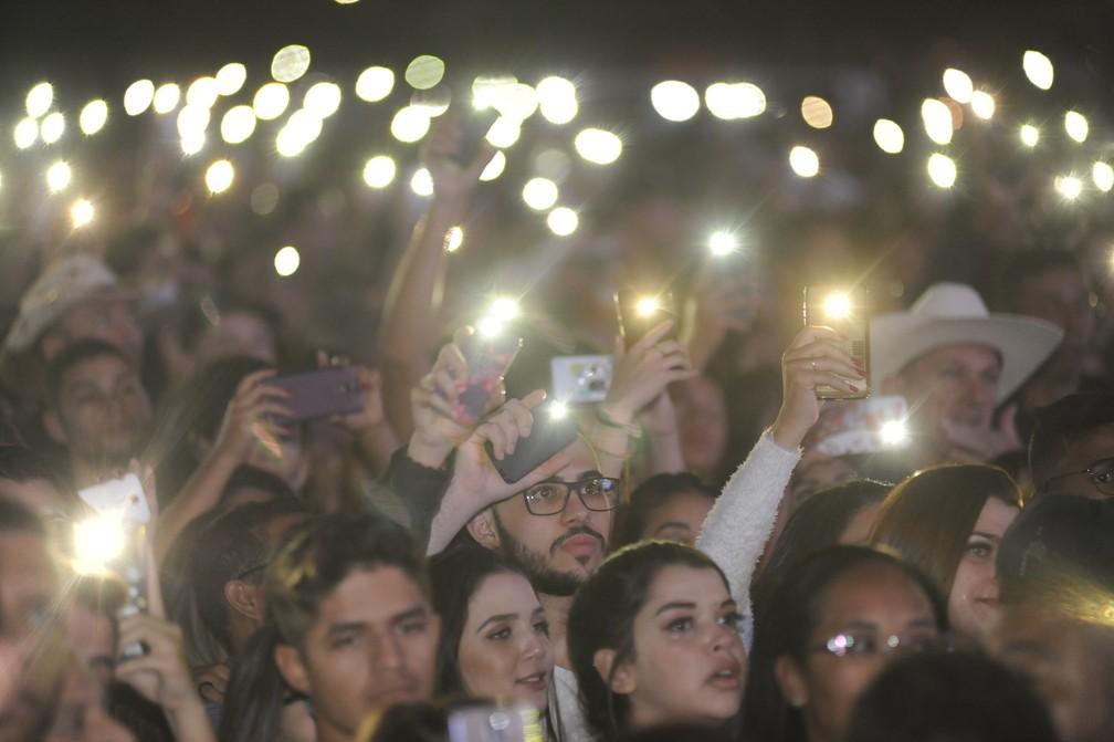Público acompanha a segunda noite da Festa do Peão de Americana — Foto: Júlio Cesar Costa/G1