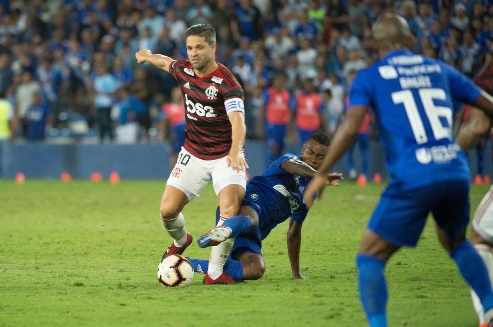 Veja sequência de imagens do lance que fraturou tornozelo de Diego em Emelec  x Flamengo | flamengo | ge