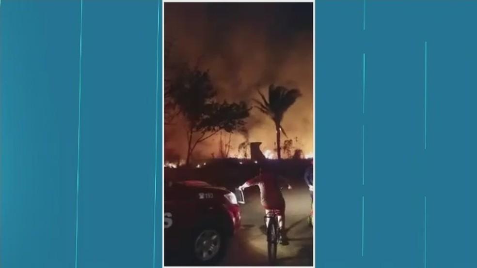 Incêndio foi registrado na noite de domingo (3) em área de 3 hectares (Foto: Reprodução/Rede Amazônica Acre)