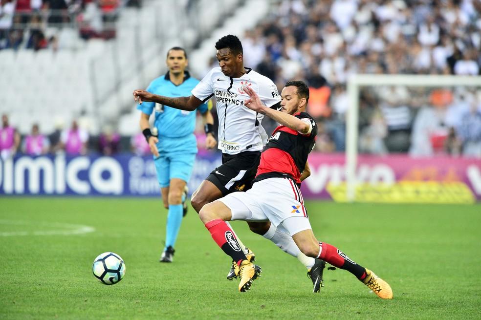Jô disputa a bola com Réver: atacante e zagueiro marcaram os gols do empate na Arena do Corinthians neste domingo (Foto: Marcos Ribolli)