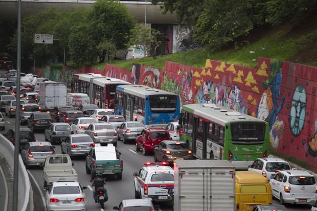 Trânsito de São Paulo na Avenida 23 de Maio sentido Centro (Foto: Oswaldo Corneti / Fotos Públicas)