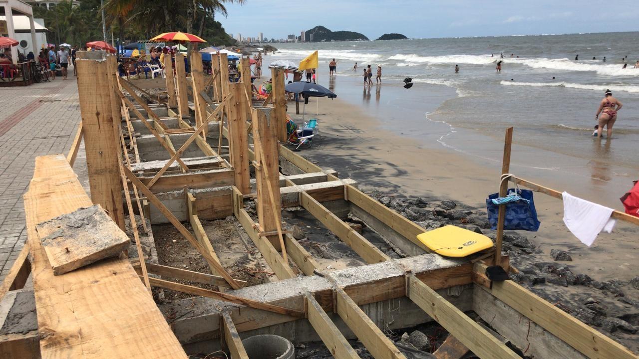 Maré alta danifica rampas de acesso à praia em construção em Guaratuba