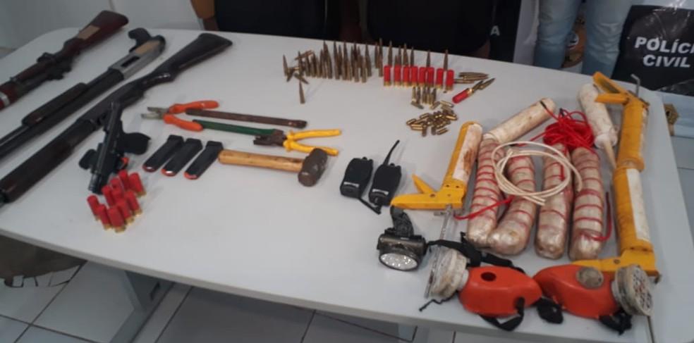 Com os suspeitos, a polícia apreendeu armas, munição e explosivos nas cidades de Peritoró e Santa Inês — Foto: Ádria Rodrigues/TV Mirante