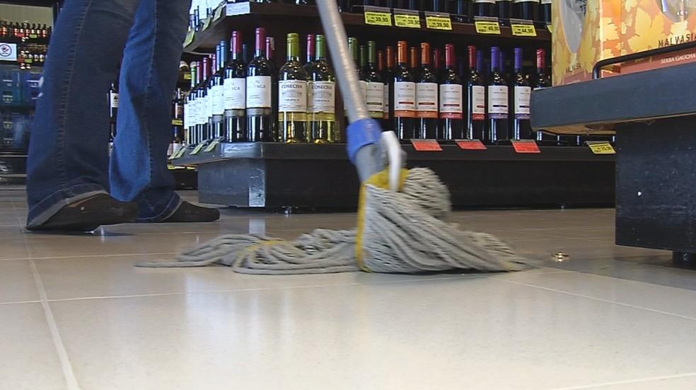 Aliança estava perdida no chão de supermercado de Marília — Foto: Reprodução/TV TEM