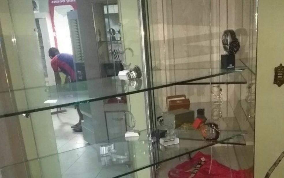 Joalheria de Ipameri teve joias e relógios roubados, em Goiás (Foto: TV Anhanguera/Reprodução)