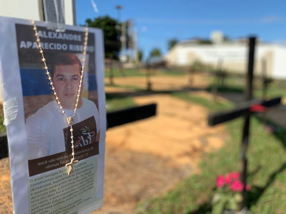 Fotos de vítimas da Covid-19 também foram penduradas nas cruzes  — Foto: Weverson Marquezani/ TV TEM
