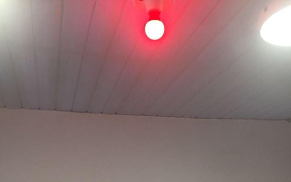 Quarto da prisão tinha até uma luz vermelha, de acordo com fotos tiradas em vistoria em fevereiro (Foto: Reprodução/Ministério Público)