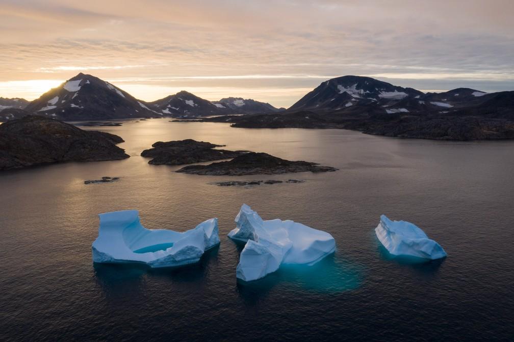 Foto de sexta-feira (16) divulgada nesta terça (20) mostra grandes icebergs durante o amanhecer perto de Kulusuk, na Groenlândia. Os cientistas trabalham para tentar entender o derretimento assustadoramente rápido do gelo — Foto: Felipe Dana/AP