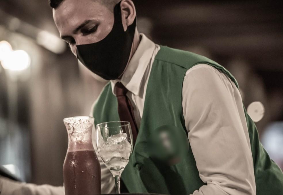 Maranhense que vende água vestido de garçom aponta conquistas após repercussão — Foto: Arquivo Pessoal