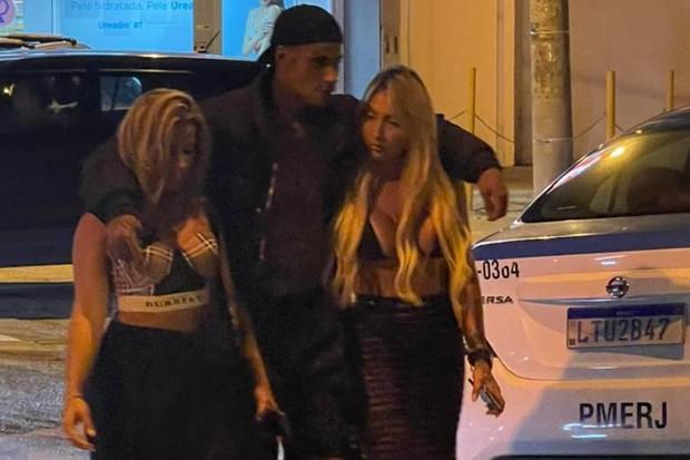 PK Delas sendo preso com mulheres no Rio (Foto: Quem/ Ed. Globo)