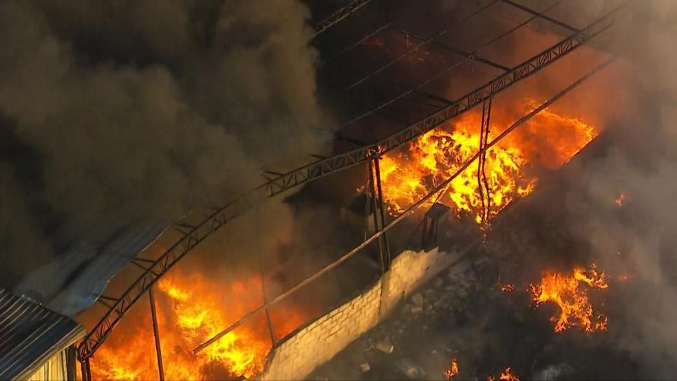 Fogo tomou conta de todo o galpão (Foto: TV Globo/Reprodução)