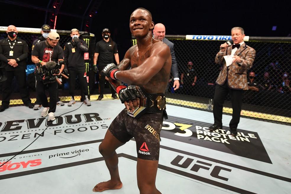 Israel Adesanya vem de vitória sobre Paulo Borrachinha — Foto: Getty Images