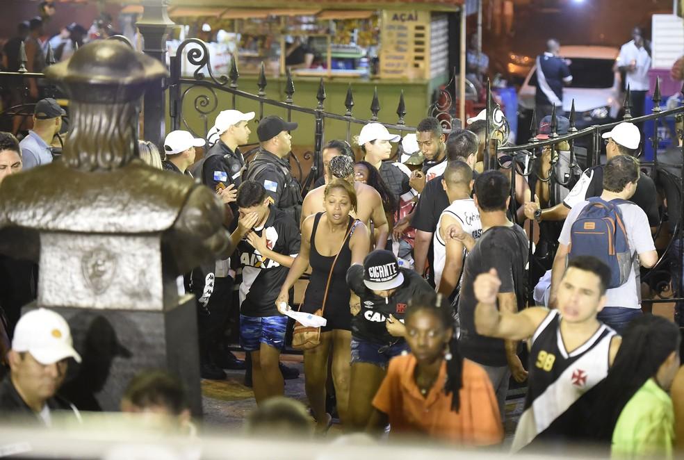Torcedores buscam refúgio em São Januário por conta da confusão próxima à entrada da social — Foto: André Durão