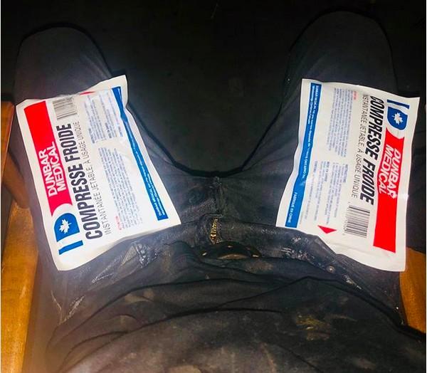 O ator James McAvoy com as compressas de gelo nas pernas após acidente com o palhaço Pennywise nas gravações de It 2 (Foto: Instagram)