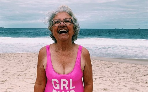 """Vovó influencer conhece o mar aos 72 anos e encanta fãs: """"Nunca é tarde"""""""