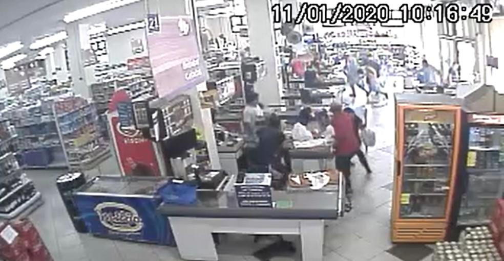 Imagens de câmeras de segurança mostram o momento que mulher foi morta a tiros dentro de supermercado de Canela — Foto: Reprodução