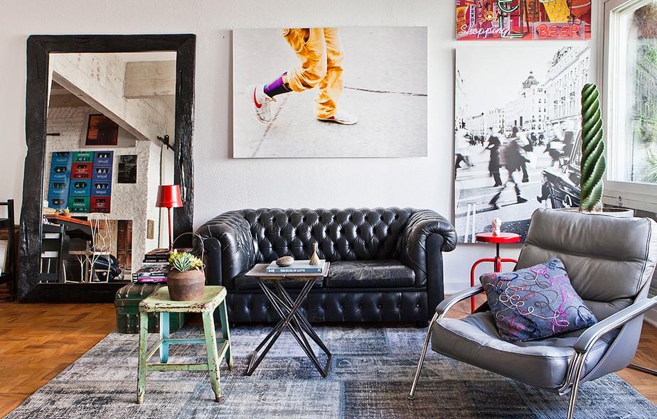 Gosta do estilo moderno? Uma moldura preta, básica e grossa, vai deixar sua foto muito estilosa. Repare que o reflexo ainda traz alguns quadros que estão em outra parede. Mais cool impossível!