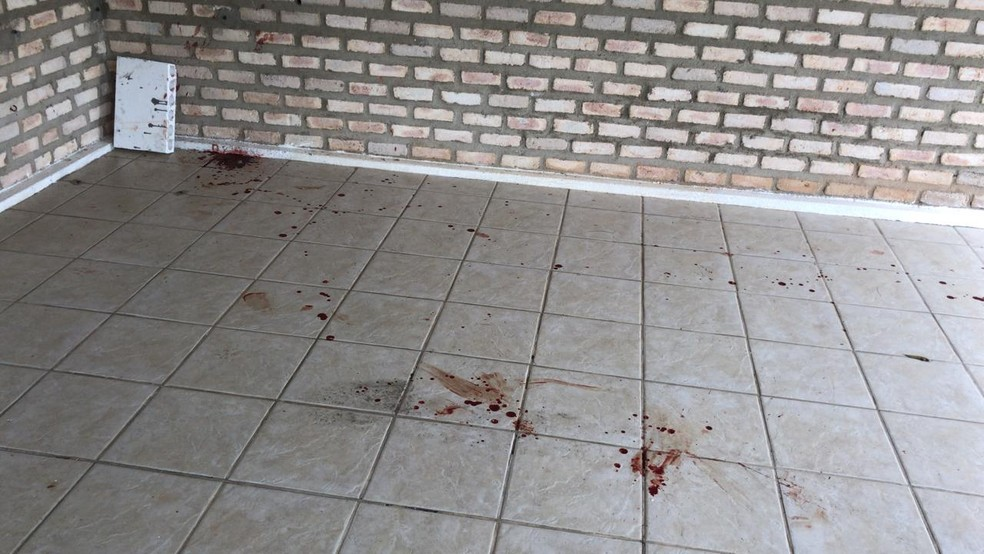 Marcas de sangue no chão, após agressões de criminosos contra morador de granja em Macaíba, na Grande Natal — Foto: Ayrton Freire/Inter TV Cabugi