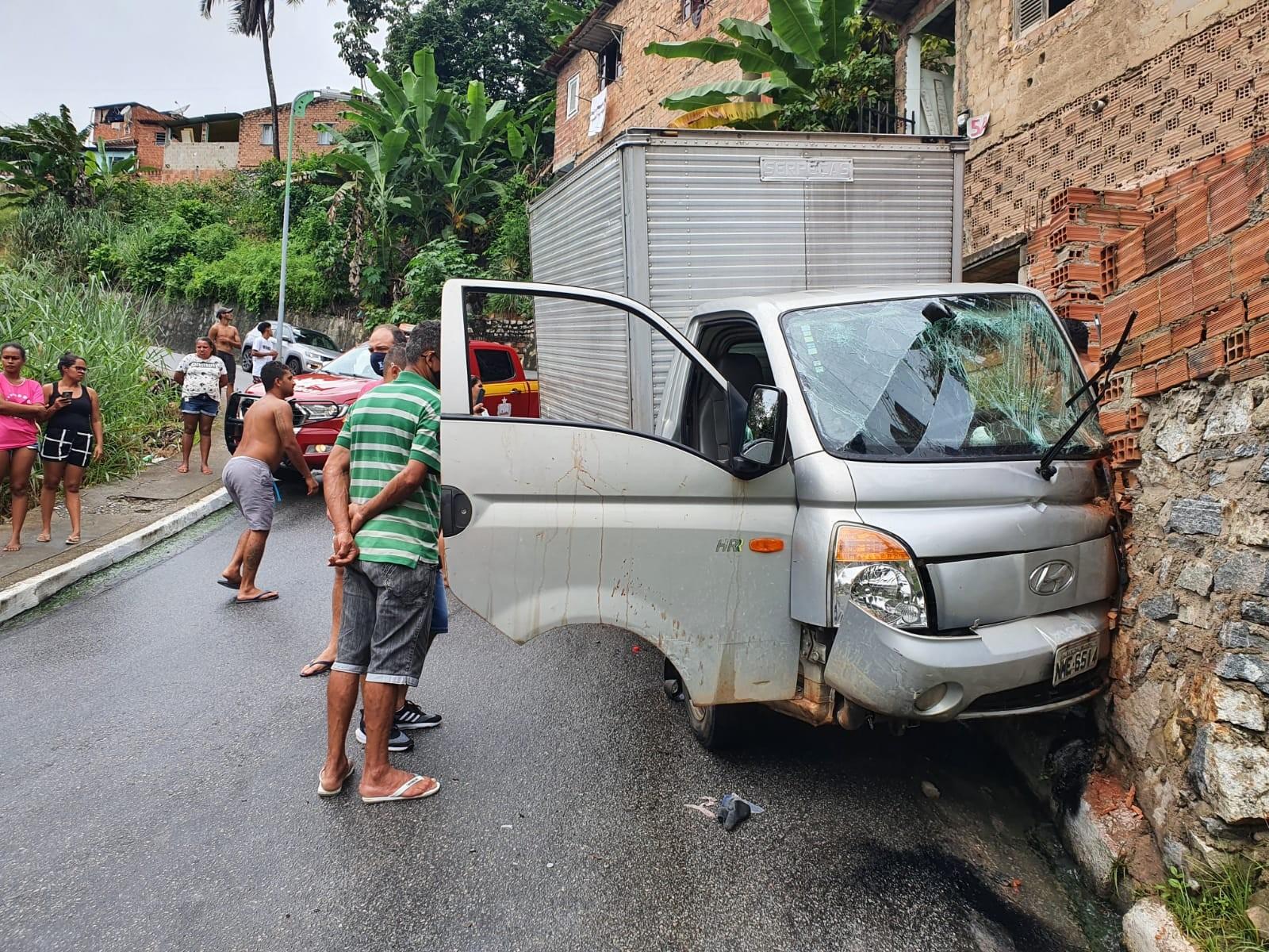 Caminhão bate em muro de casa na Ladeira da Moenda, em Maceió