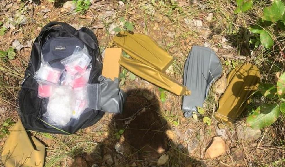 Drogas foram encontradas em mochila — Foto: PM/Divulgação