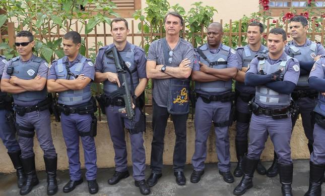 Bolsonaro posa com policiais no interior de São Paulo