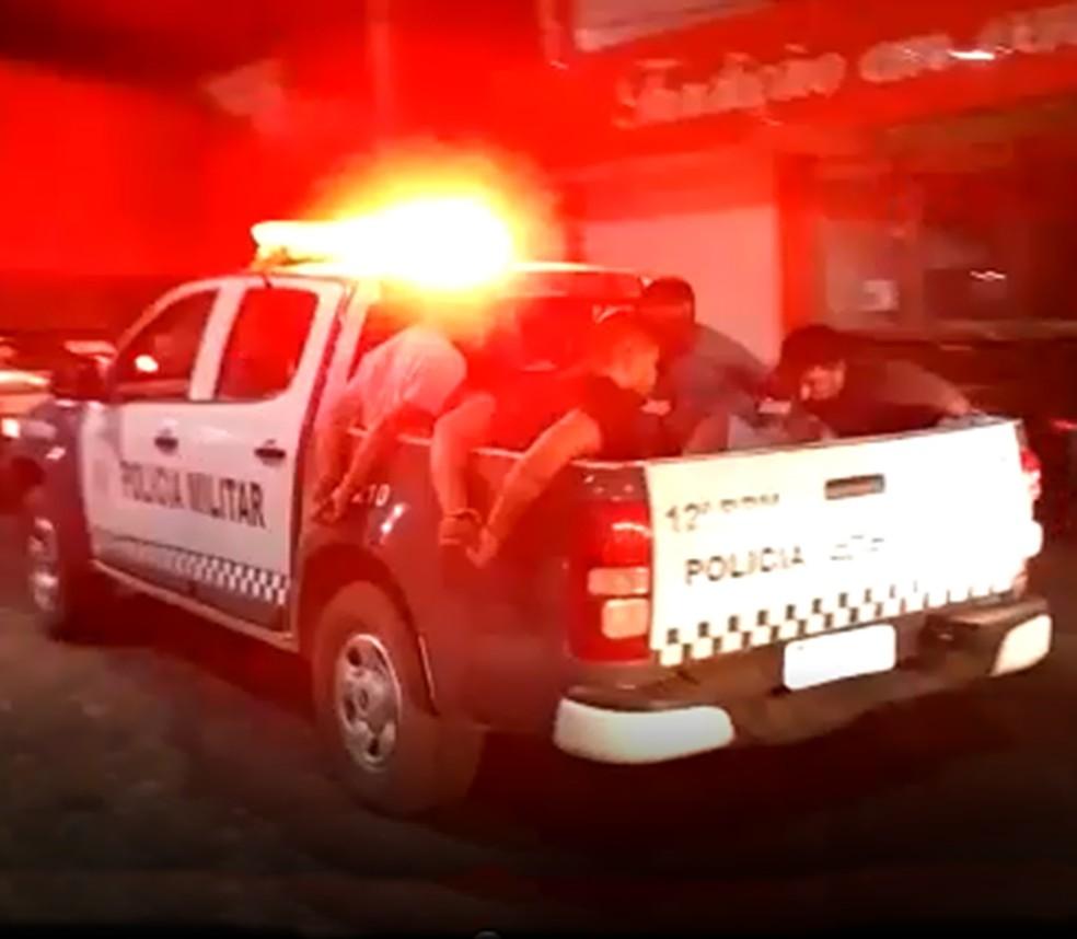 Suspeitos foram presos por agentes da PRF, depois conduzidos pela PM até a Delegacia da Polícia Civil da cidade de Caraúbas (Foto: Redes sociais )
