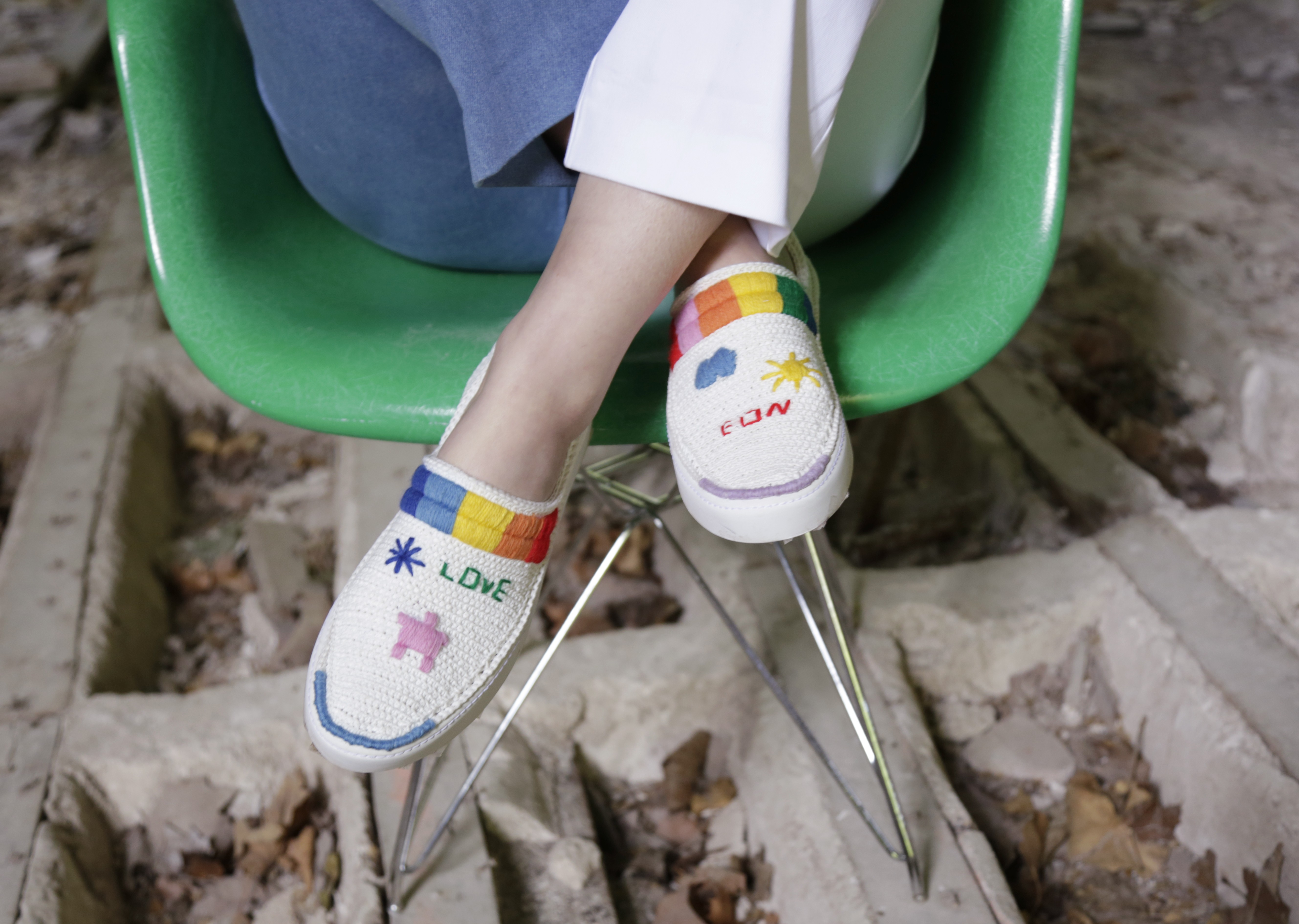 Amrose chega ao Brasil com seus tênis pintados e bordados à mão (Foto: Divulgação)