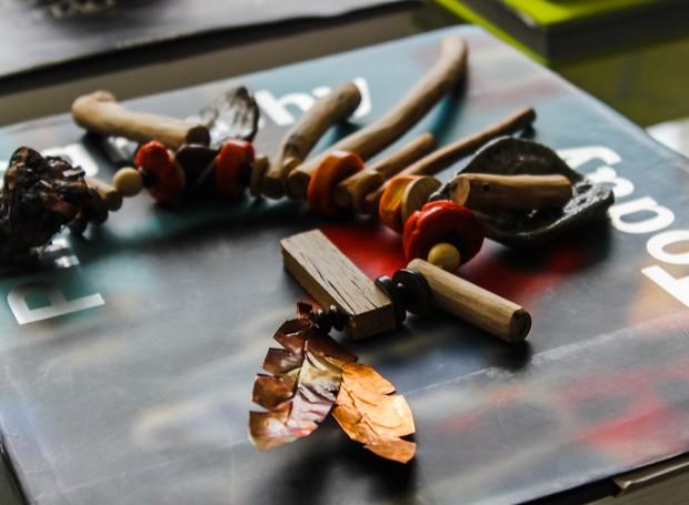 Colar para mesa ou parede Estirâncio, de Adriana Penteado para Ateliê Raiz Contemporânea (Foto: Divulgação)