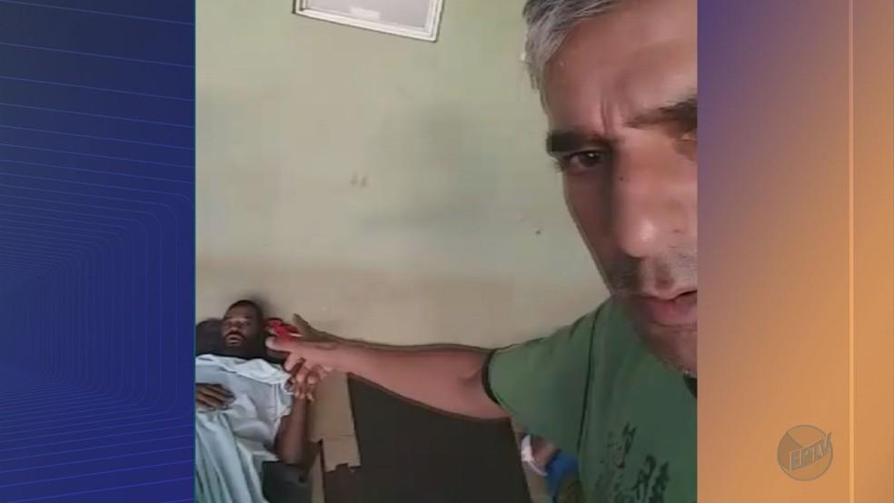 Morador de rua sofreu convulsão em marquise de unidade básica de saúde em Ribeirão Preto (Foto: Mauricio Bueno/Divulgação)
