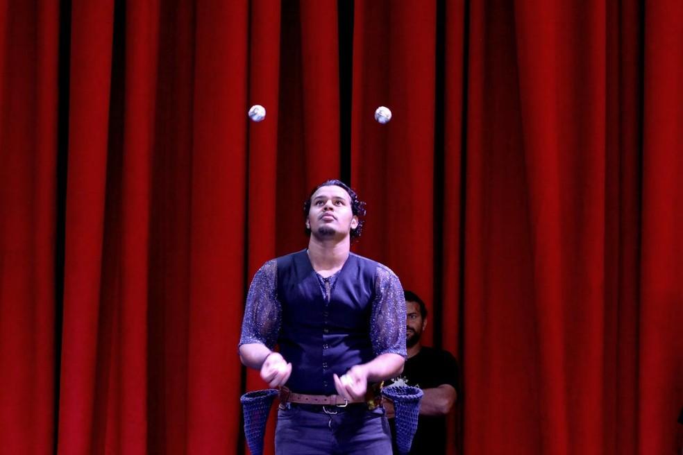 Malabarista ensaia no palco do Circo Real Português, em Taguatinga, no DF — Foto: Juliana Portugal/Arquivo pessoal