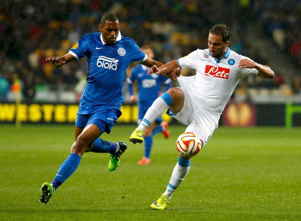 Douglas marca Higuaín em duelo entre Dnipro e Napoli, pela Liga Europa de 2015 (Foto: Reuters)