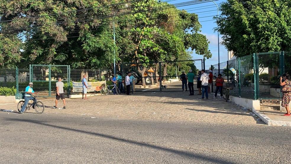 Eleitores aguardam abertura dos portões na Univerisdade Federal do Vale do São Francisco (Univasf) — Foto: Felipe Pereira/TV São Francisco